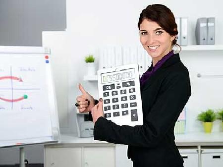 Frau mit Daumen hoch hält Rechner in der Hand © Picture-Factory, Fotolia.com