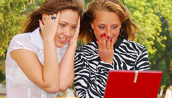 Zwei junge Frauen surfen im Netz © rufar, fotolia.com