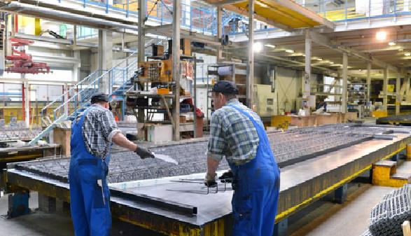 Arbeiter in einer Werkshalle © industrieblick, Fotolia